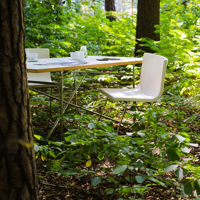 Dresdner Immobilien Beratung - Moderer Stuhl und Tisch im Wald